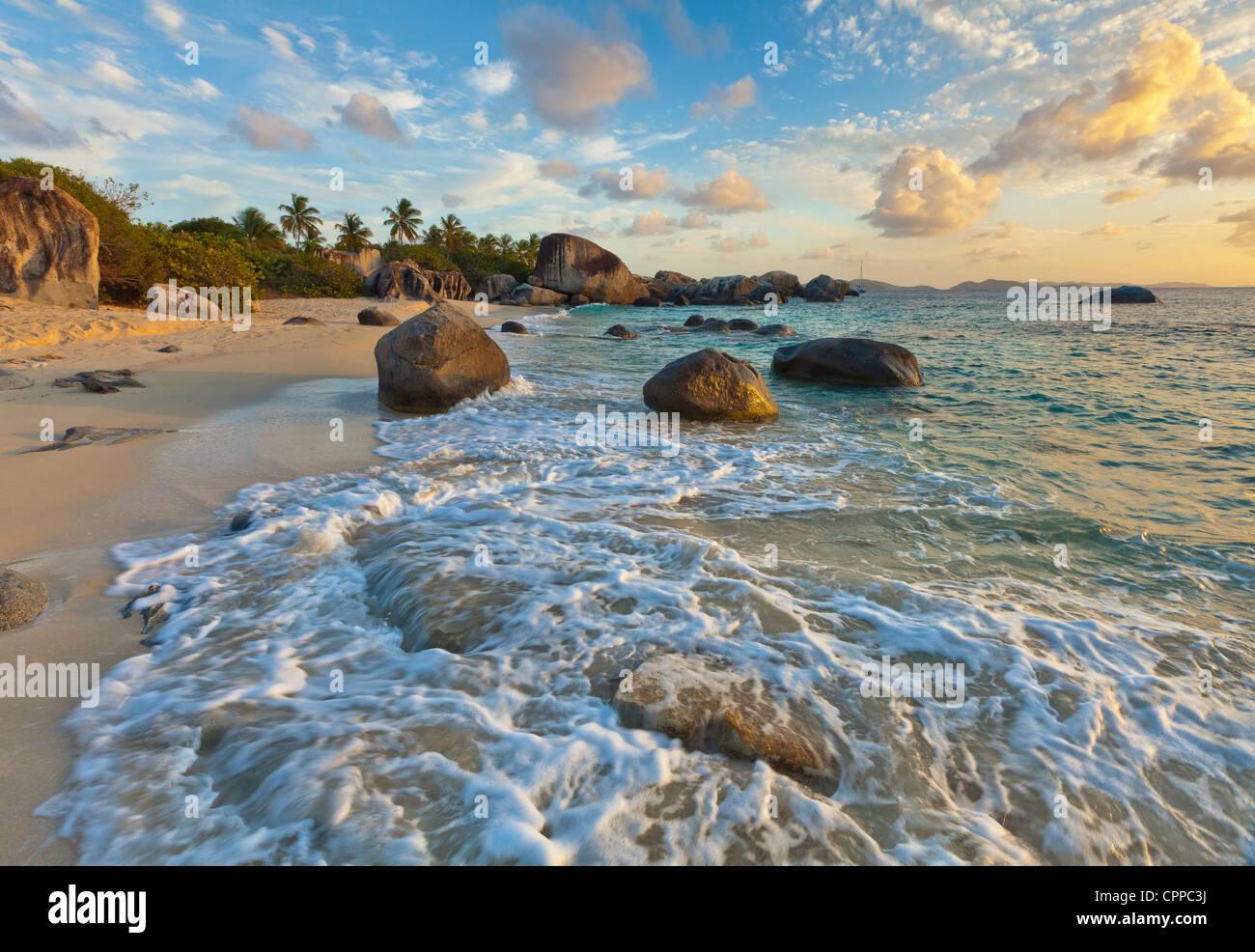 Virgin Gorda, Isole Vergini Britanniche, Isole dei Caraibi luce della sera sul surf e modelli di roccia sulla spiaggia Immagini Stock