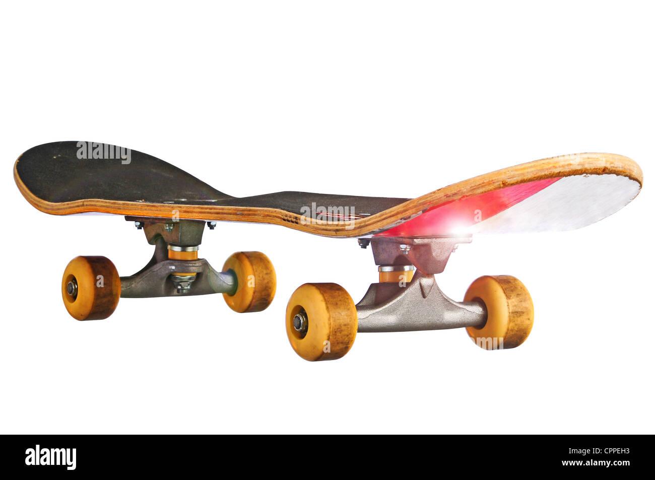 Skateboard in corrispondenza di un angolo obliquo islolated con un tracciato di ritaglio in modo da poterlo posizionare Immagini Stock