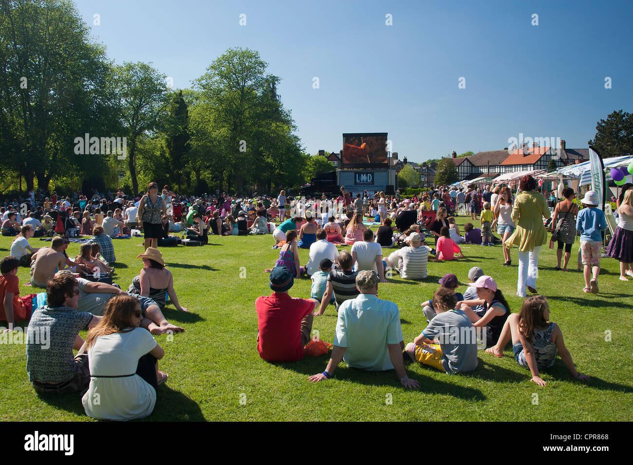Famiglie guardando un open air cinema mobile in Hall Leys Park, Matlock, Derbyshire, Inghilterra, Regno Unito, su Immagini Stock