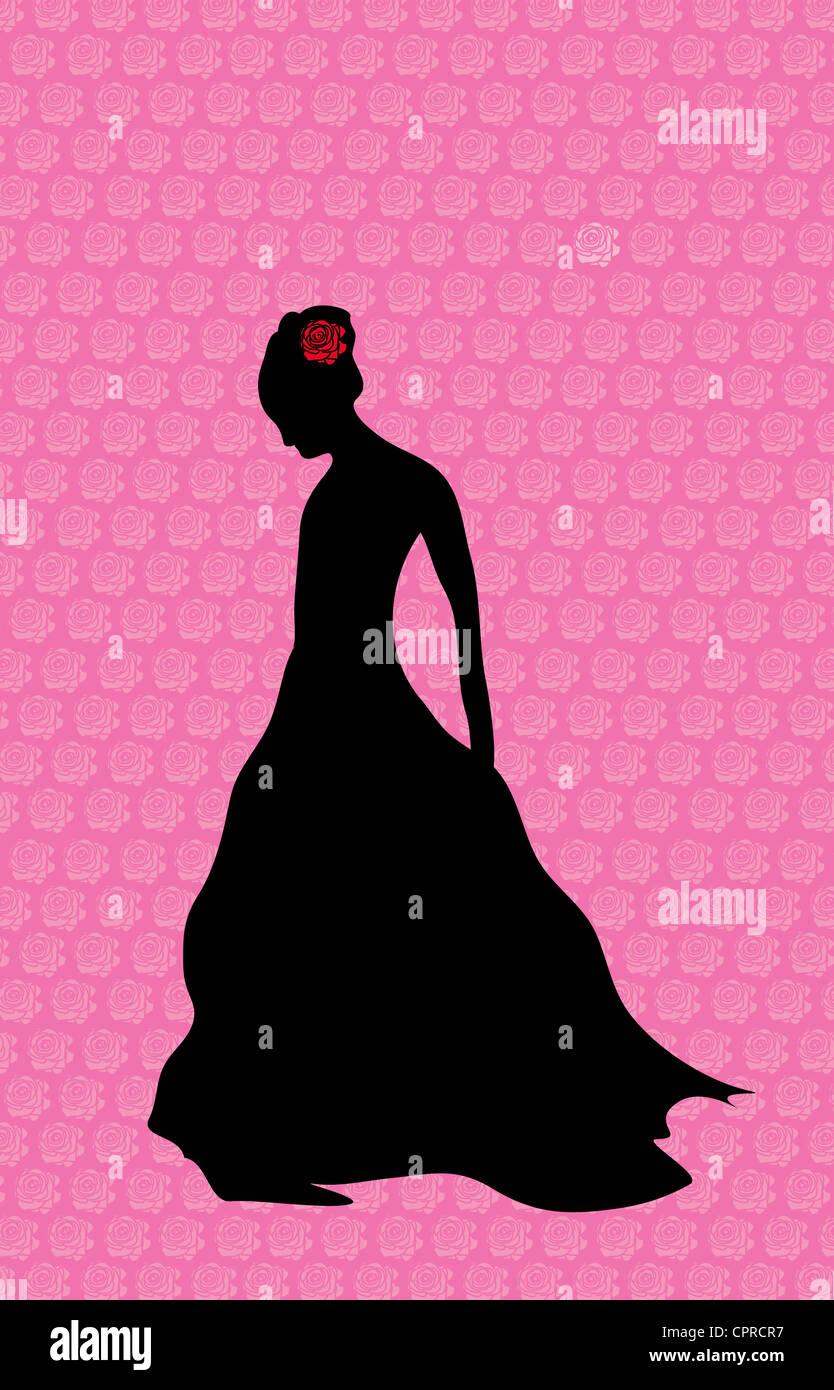 Silhouette nera di una donna in piedi da solo con una rosa rossa tra i capelli.Foto Stock