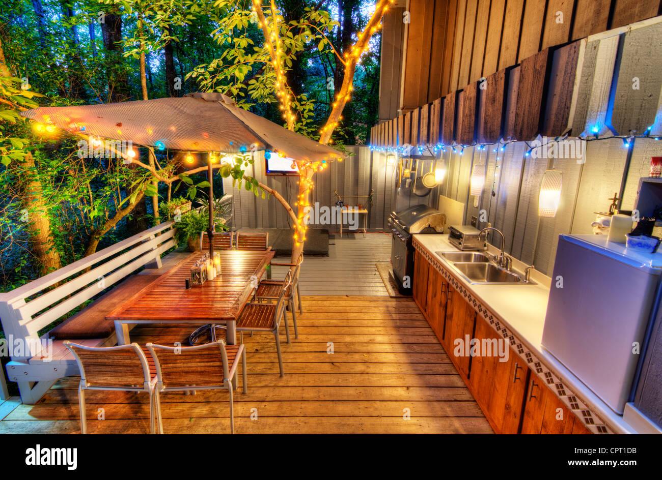 Bella casa veranda sul retro nel bosco Immagini Stock
