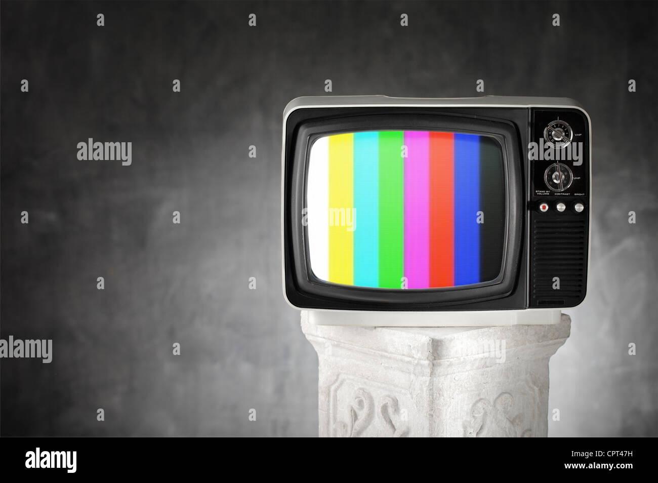 Vecchia televisione con barre di colore su di una colonna di gesso. Immagini Stock