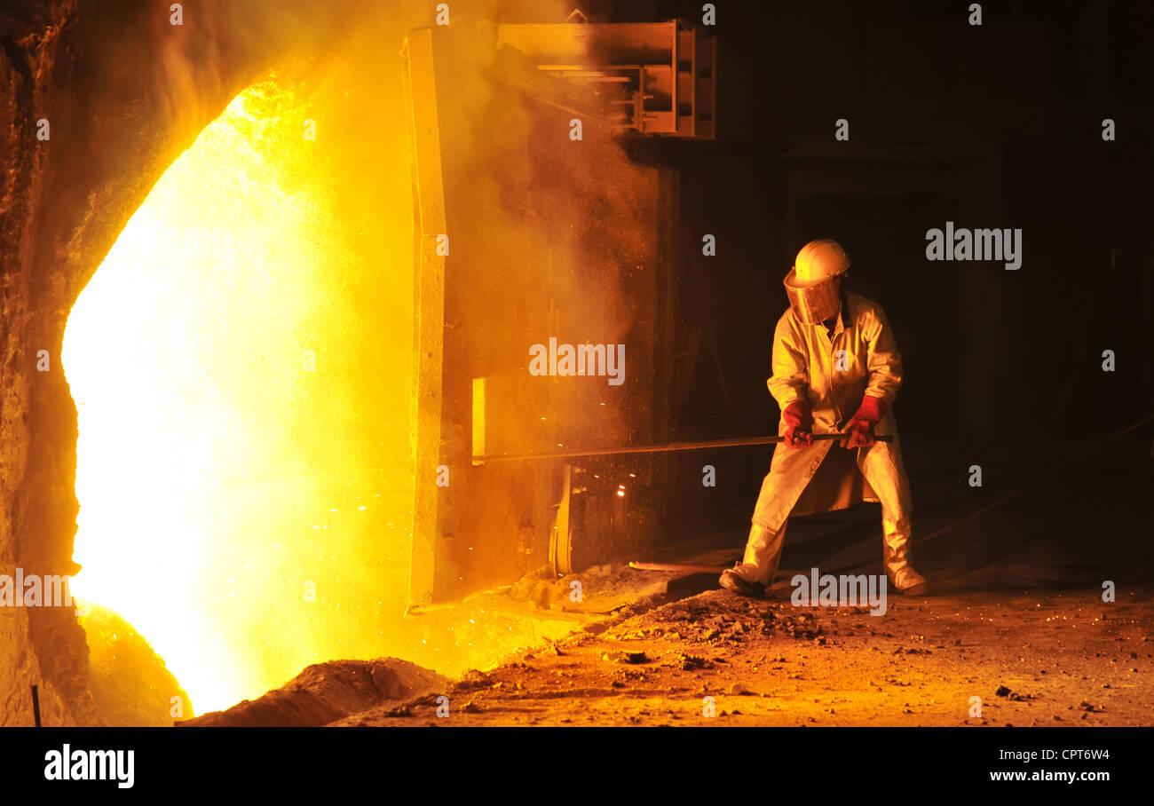 Lavoratore prende un campione in acciaio azienda Immagini Stock
