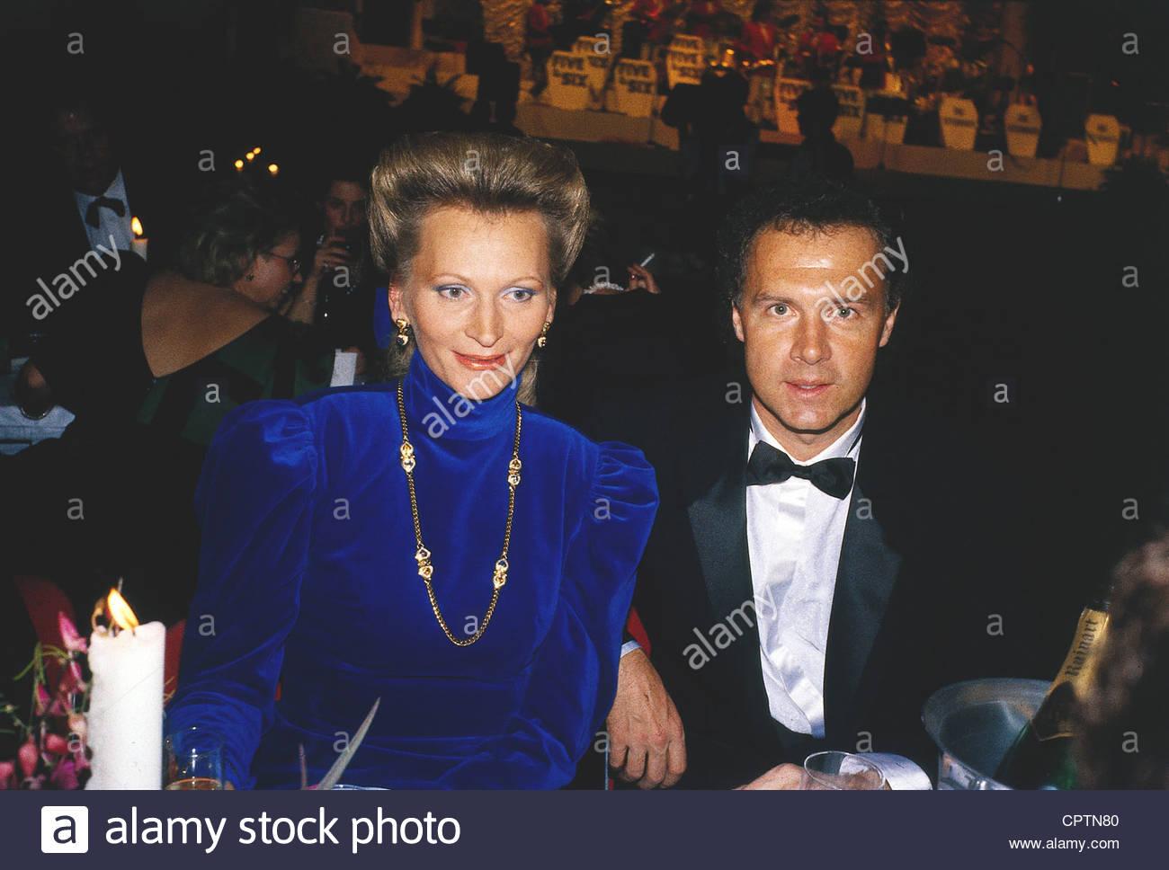 Beckenbauer, Franz * 11.9.1945, tedesco giocatore di calcio, a mezza lunghezza e con Diane Sandmann, degli anni Foto Stock