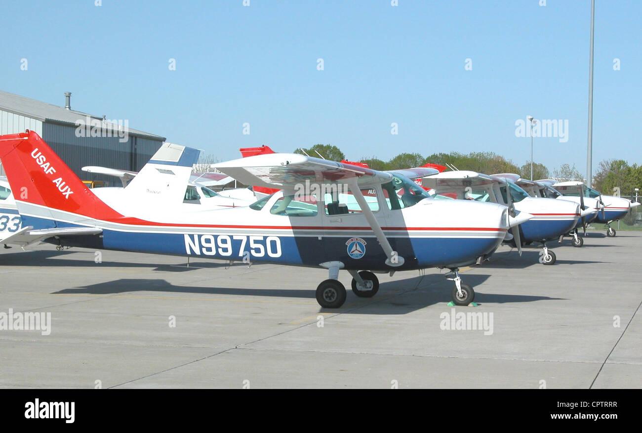 Civil Air Patrol 1985 Cessna 172P, con ulteriori aeromobili tappo dietro di esso sulla linea di volo a Ankeny Aeroporto Immagini Stock