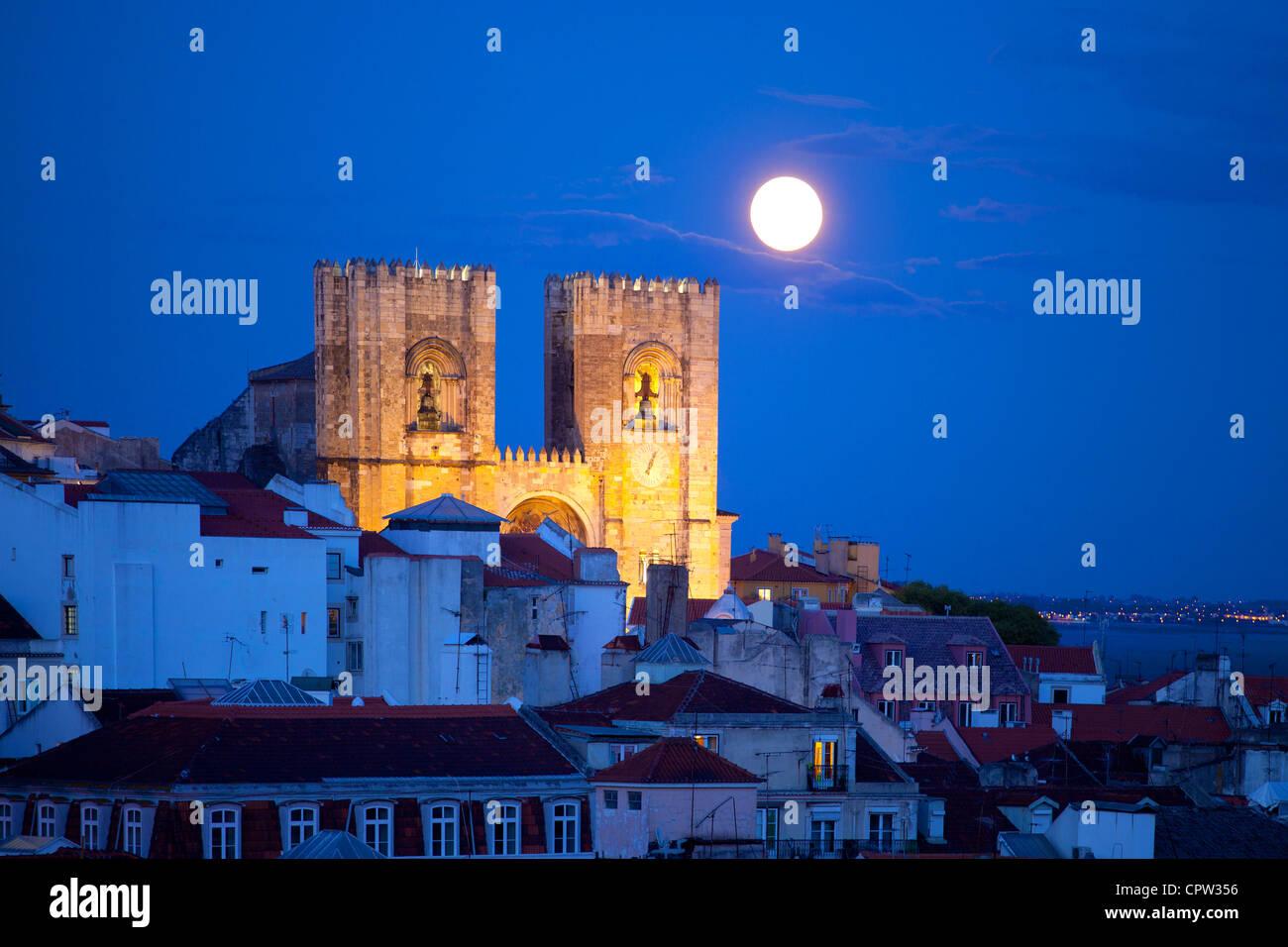 Cattedrale Patriarcale di Santa Maria Maggiore, Lisbona, Portogallo al crepuscolo con aumento della luna Immagini Stock