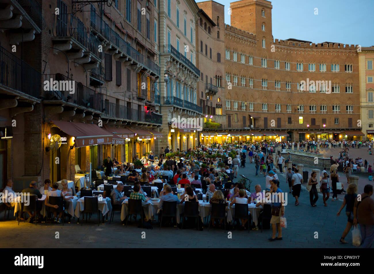 Diners mangiare al fresco presso la Nannini bar e ristorante in Piazza del Campo a Siena, Italia Immagini Stock