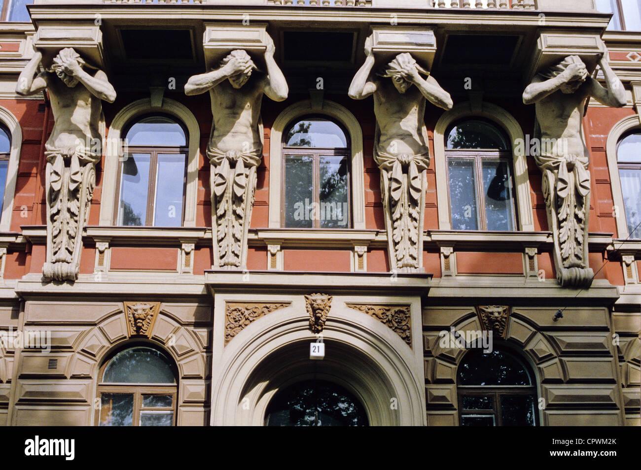 Atlanti scolpiti come scultura architettonica in un edificio storico a Högbergsgatan 21, a Helsinki in Finlandia Immagini Stock