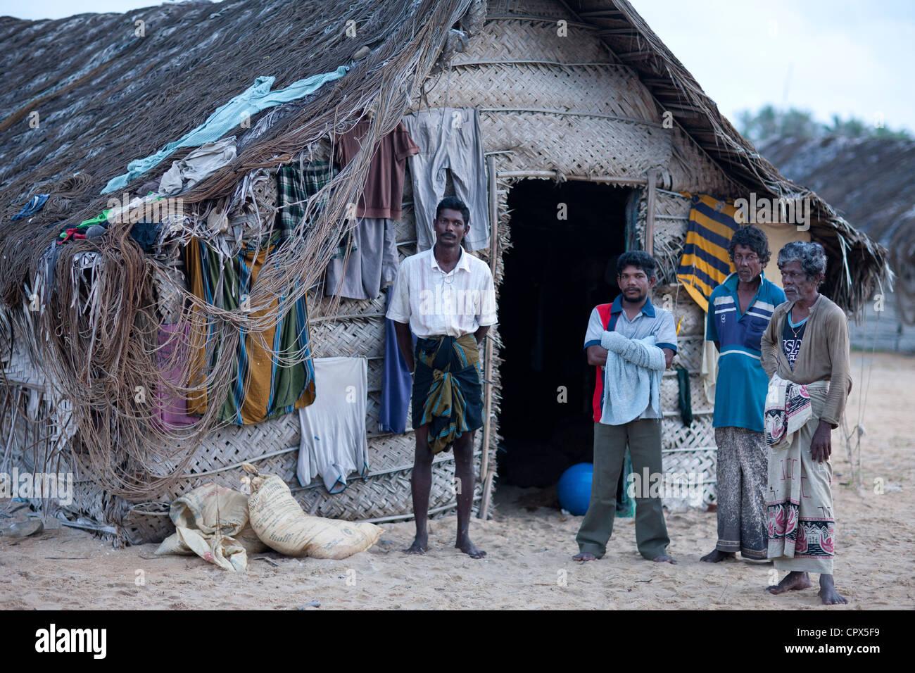 I pescatori di fronte al loro Beach Hut a Kalpitiya, Sri Lanka Immagini Stock