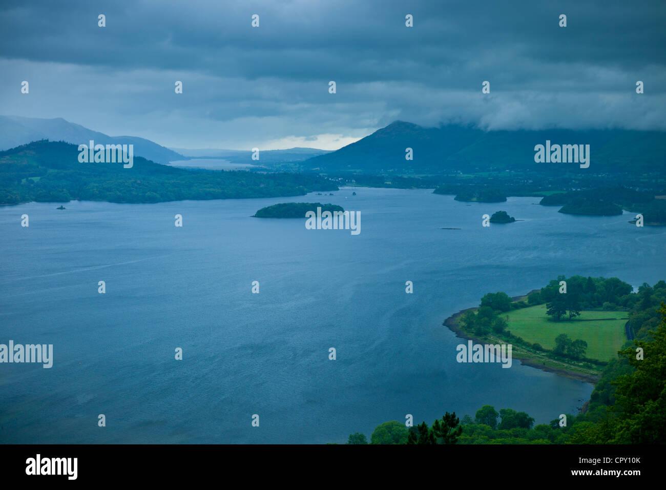 Derwent Water lago dal lato sud del Parco Nazionale del Distretto dei Laghi, Cumbria, Regno Unito Foto Stock