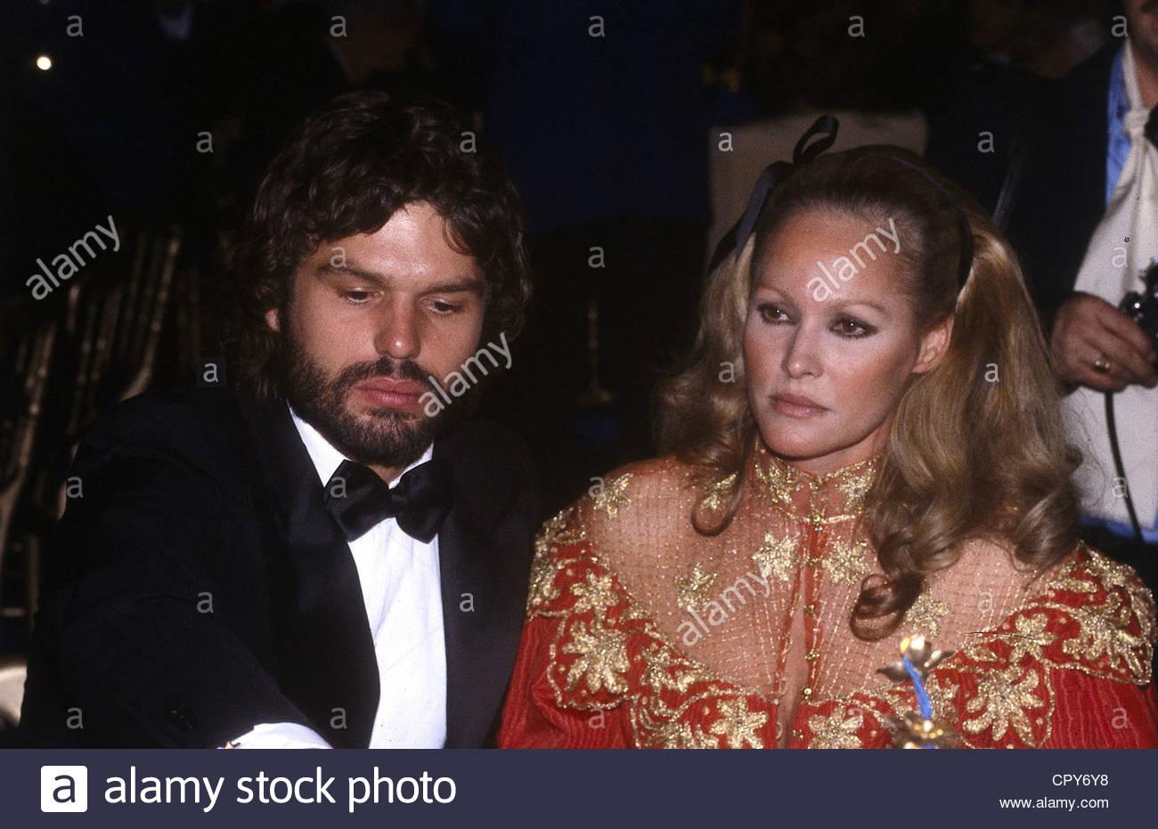 Andress, Ursula, * 19.3.1936, Swiss attrice, a mezza lunghezza e con il suo fidanzato Harry Hamlin, degli anni ottanta, Immagini Stock