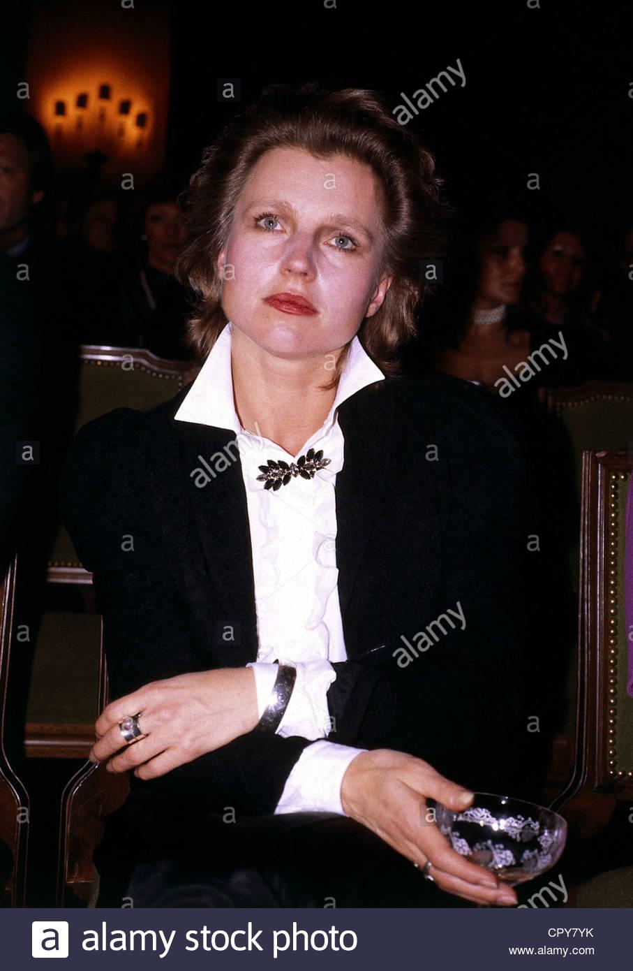 Schygulla, Hanna, * 25.12.1943, attrice tedesca e mezza lunghezza, degli anni ottanta, il collare, la spilla, triste, Immagini Stock