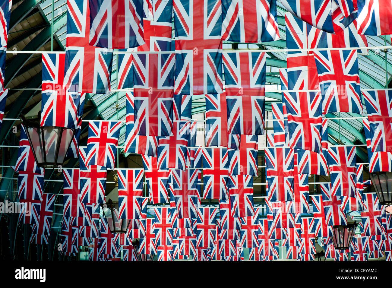 Apple mercato dacorated con Union Jack, Covent Garden, Londra, Regno Unito Immagini Stock