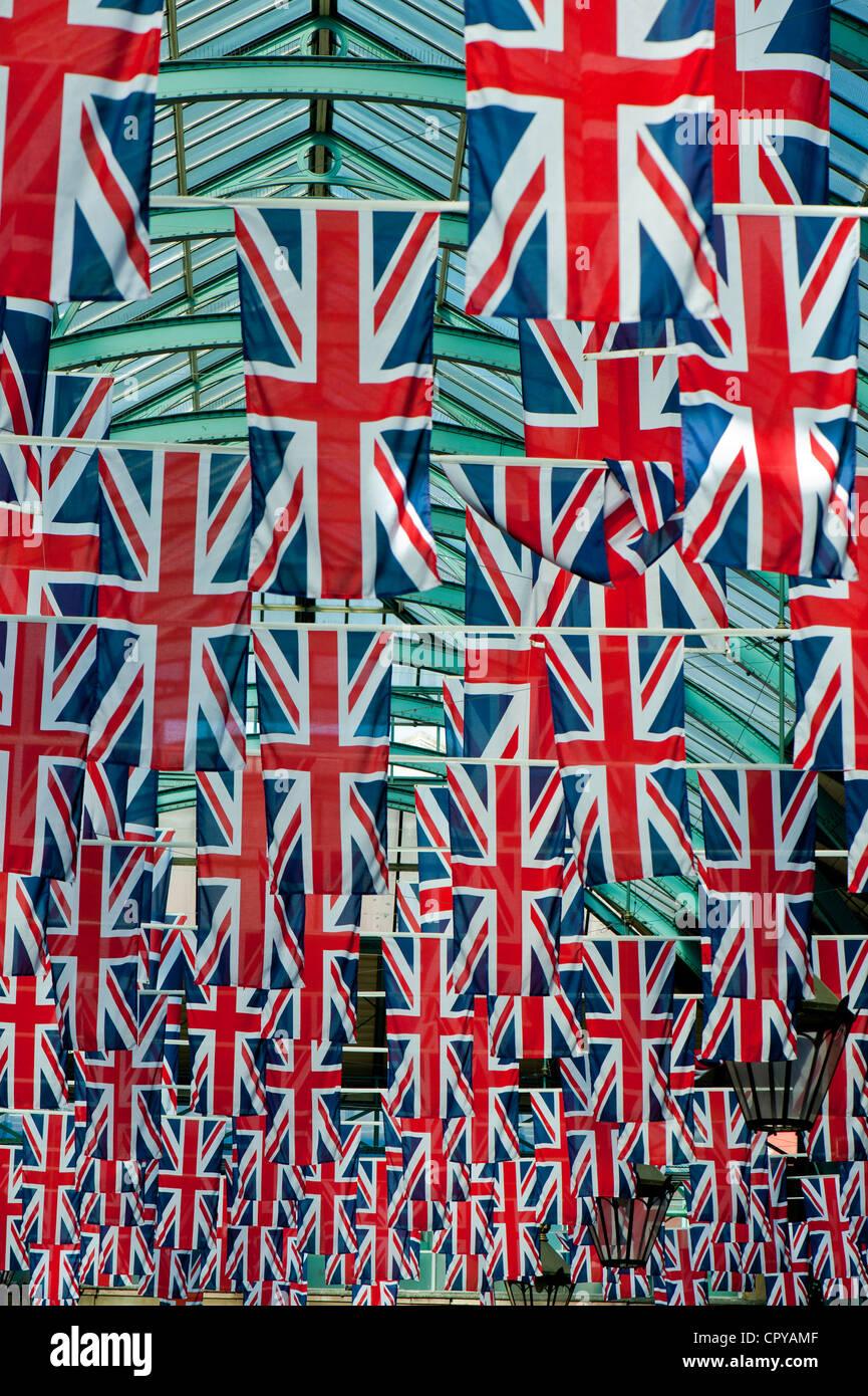 Il mercato delle mele decorate con Union Jack, Covent Garden, Londra, Regno Unito Immagini Stock
