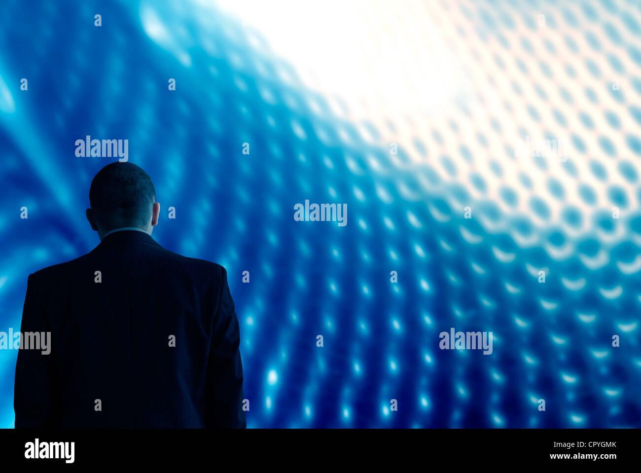 Guardare nel futuro della tecnologia lo sfondo è blu con uomo Immagini Stock