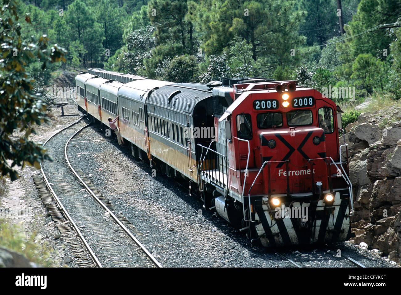 Messico, Stato di Chihuahua, Divisadero, arrivo di El Chepe treno, l'ultimo treno passeggeri del Messico Immagini Stock