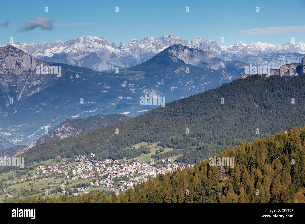 Vista verso i sette comuni con il Brenta e adamello, Folgaria, trentino, Italia, Europa Immagini Stock