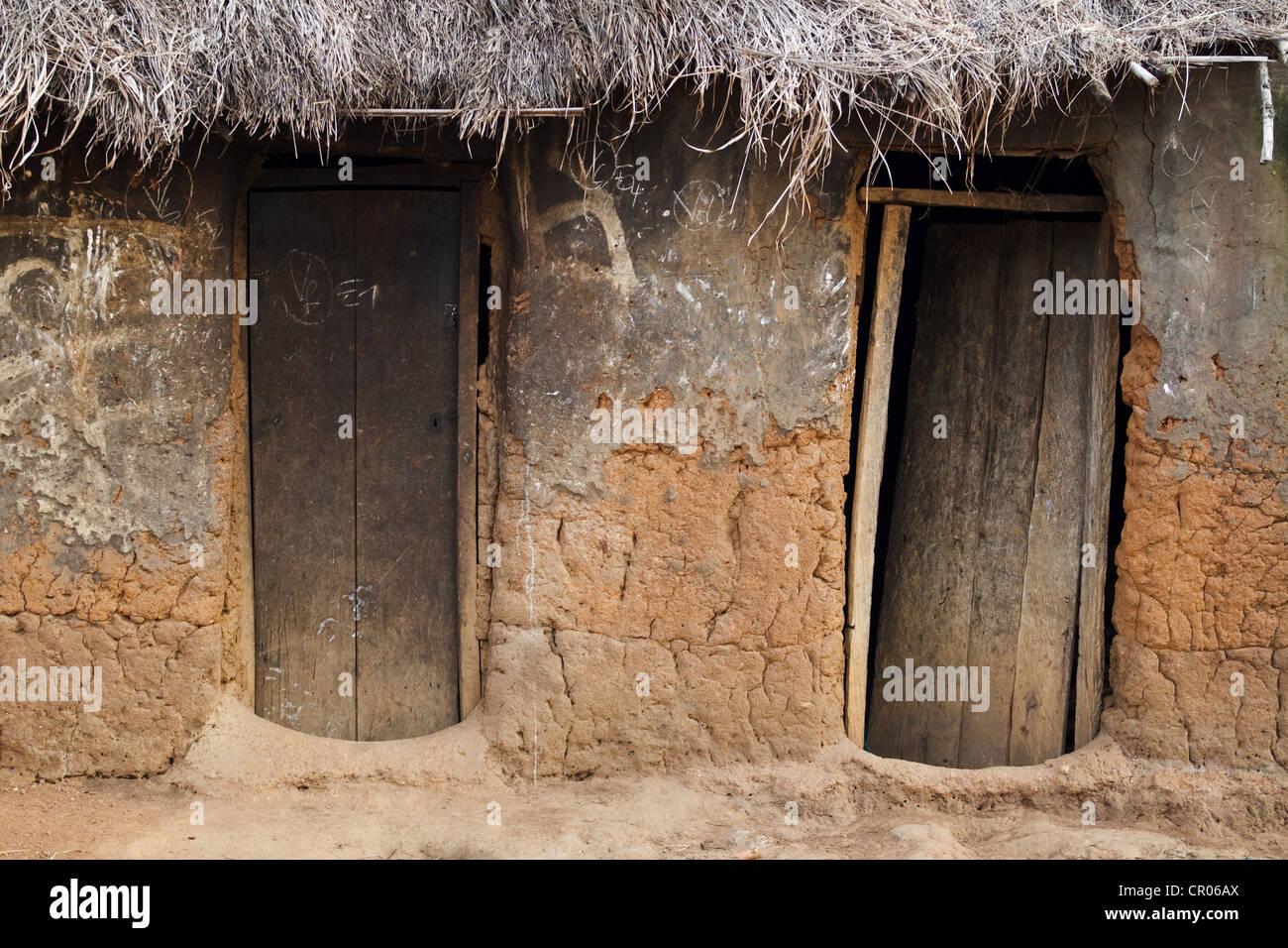 Porte in legno nel villaggio di Djorbana, regione di Zanzan, Costa d'Avorio il giovedì 24 novembre, 2011. Immagini Stock