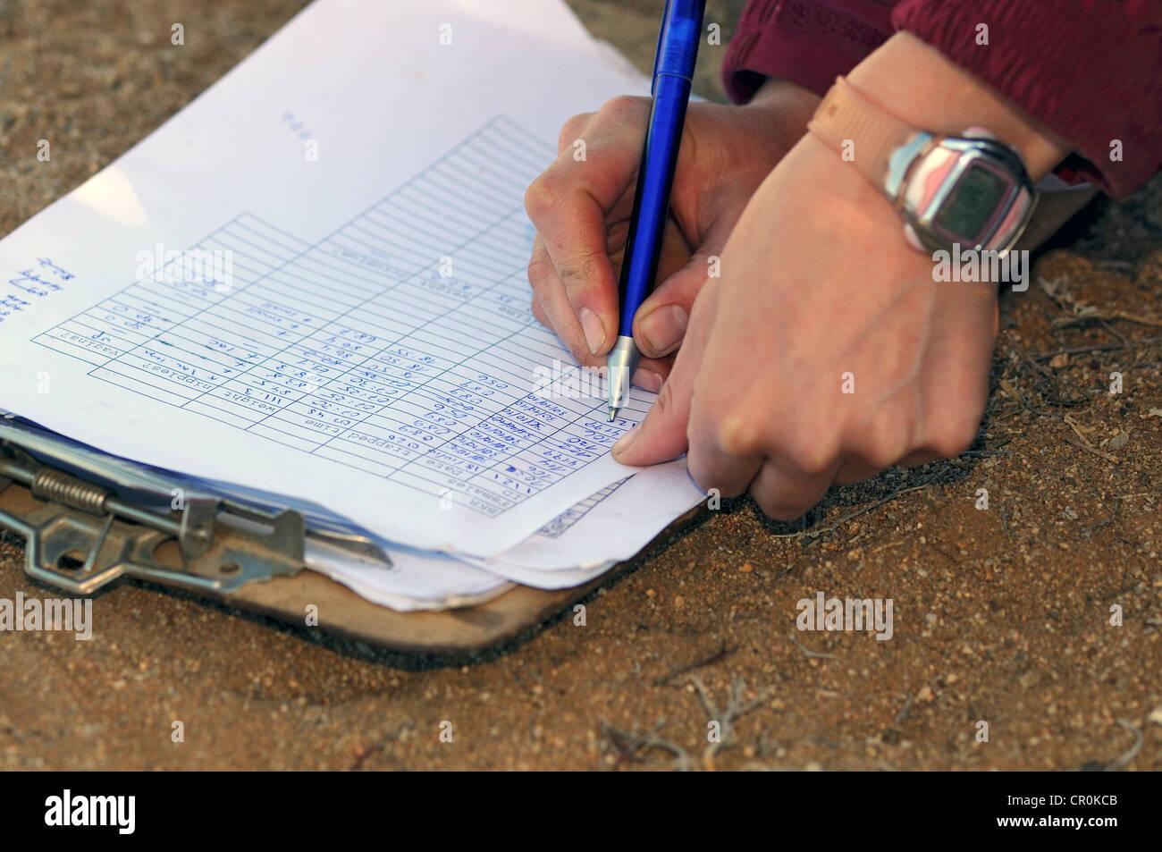 Foglio dati essendo riempito con dati scientifici, succulenti Karoo Stazione di ricerca nella Riserva Naturale, Immagini Stock