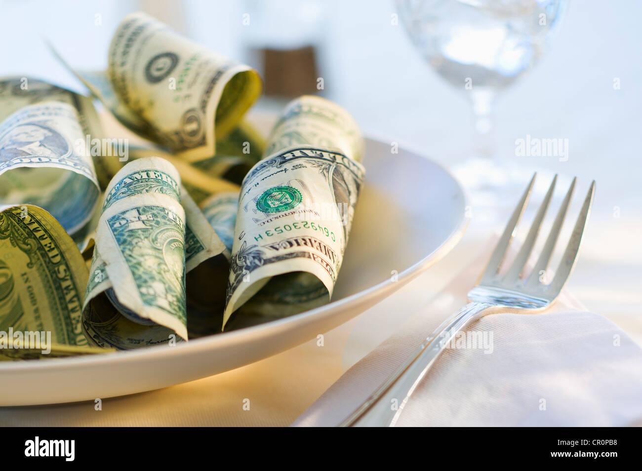 Carta moneta sulla piastra di cena, studio shot Foto Stock