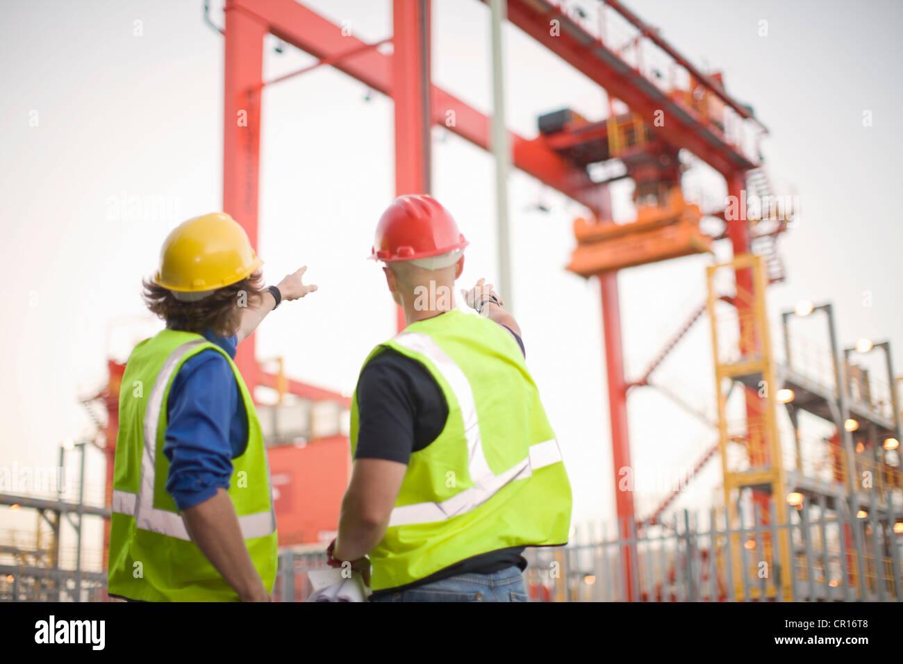 Lavoratori edili parlando sul sito Immagini Stock