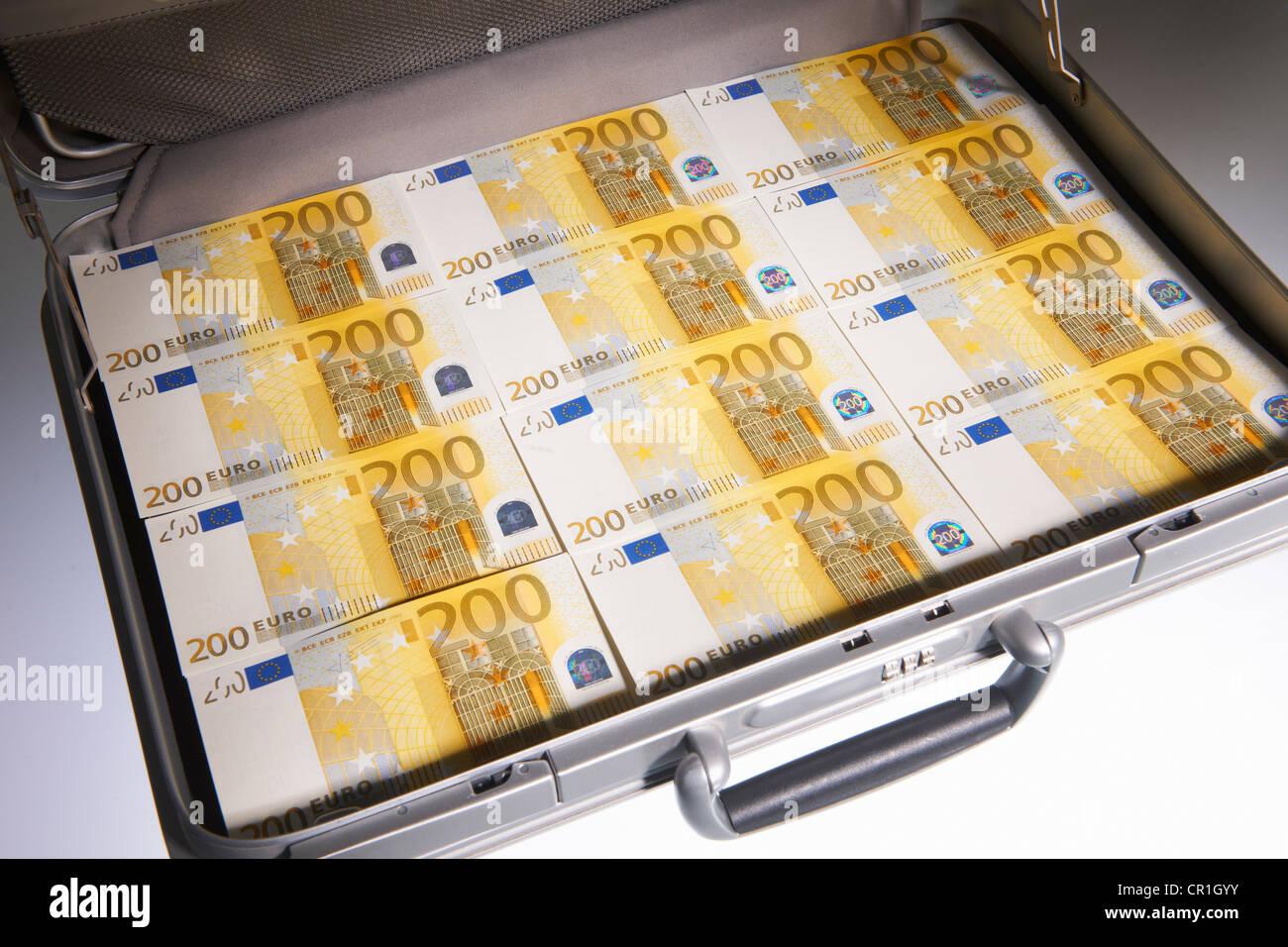 Valigia piena di fatture in euro Immagini Stock