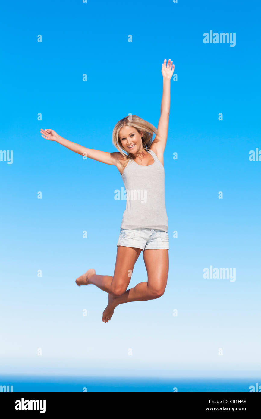 Donna salti di gioia all'aperto Immagini Stock