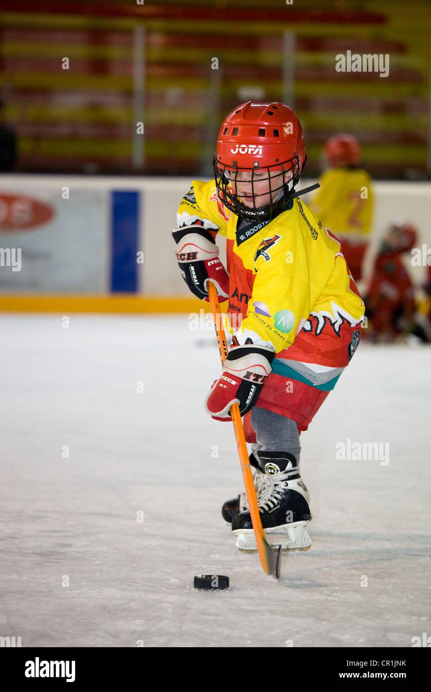 Francia, Haute Savoie, Morzine, figlio di 5 Riproduzione di hockey su ghiaccio Immagini Stock