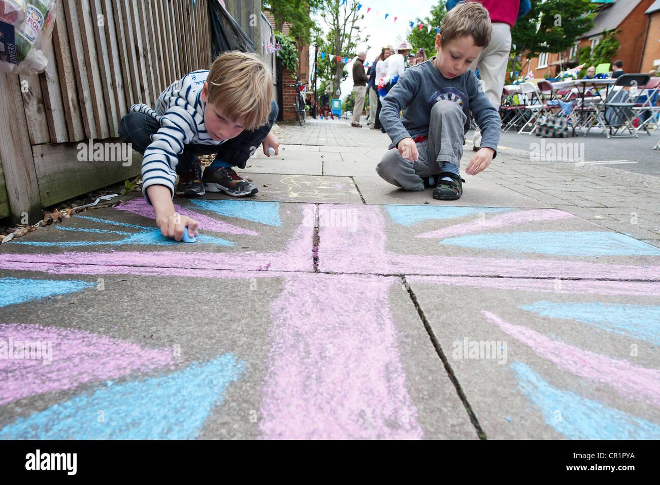 Torte, bunting, face paint e champagne sono goduto in corrispondenza di una strada nella parte sud ovest di Londra Immagini Stock