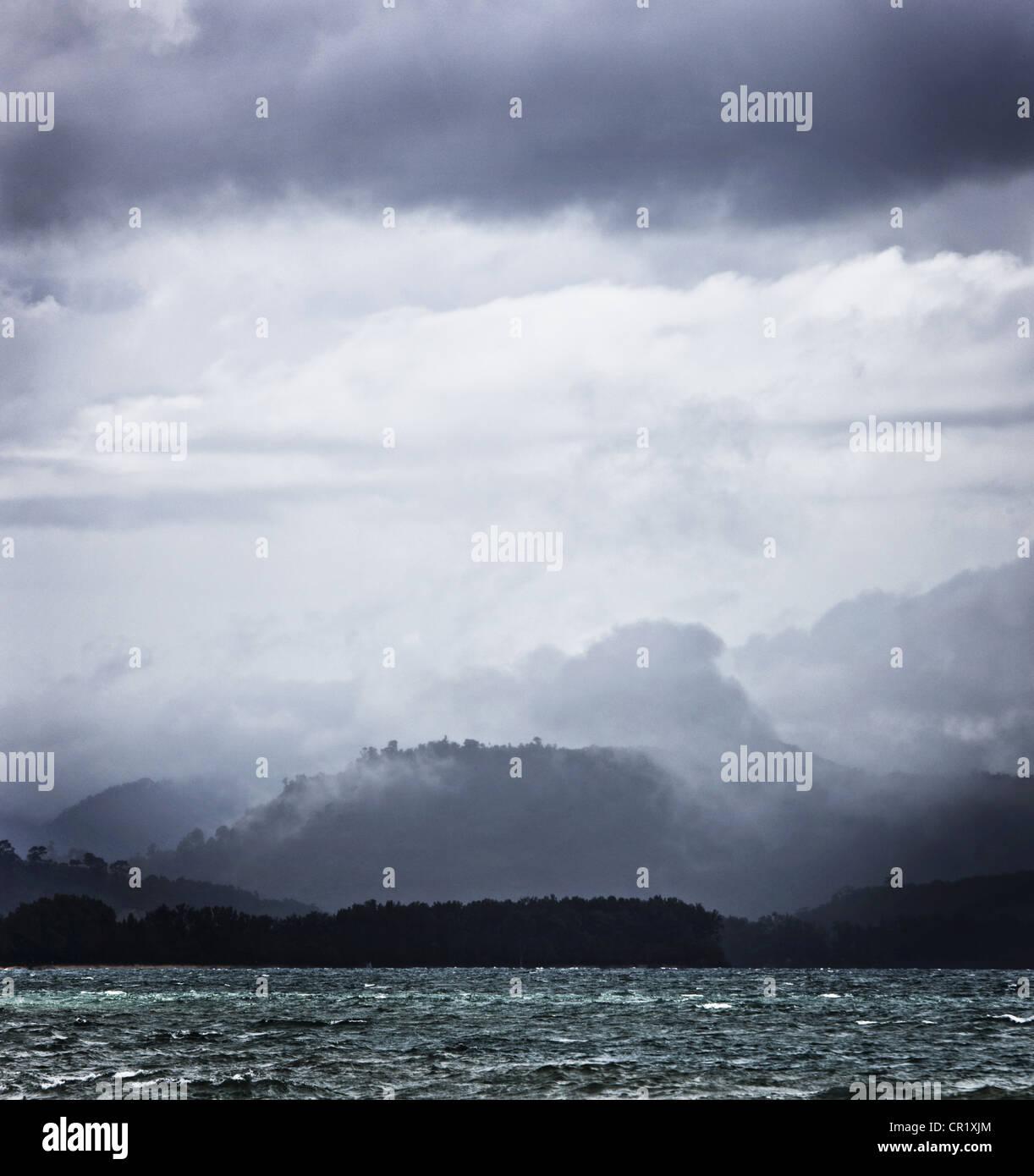 Nuvole sopra il lago roccioso Immagini Stock