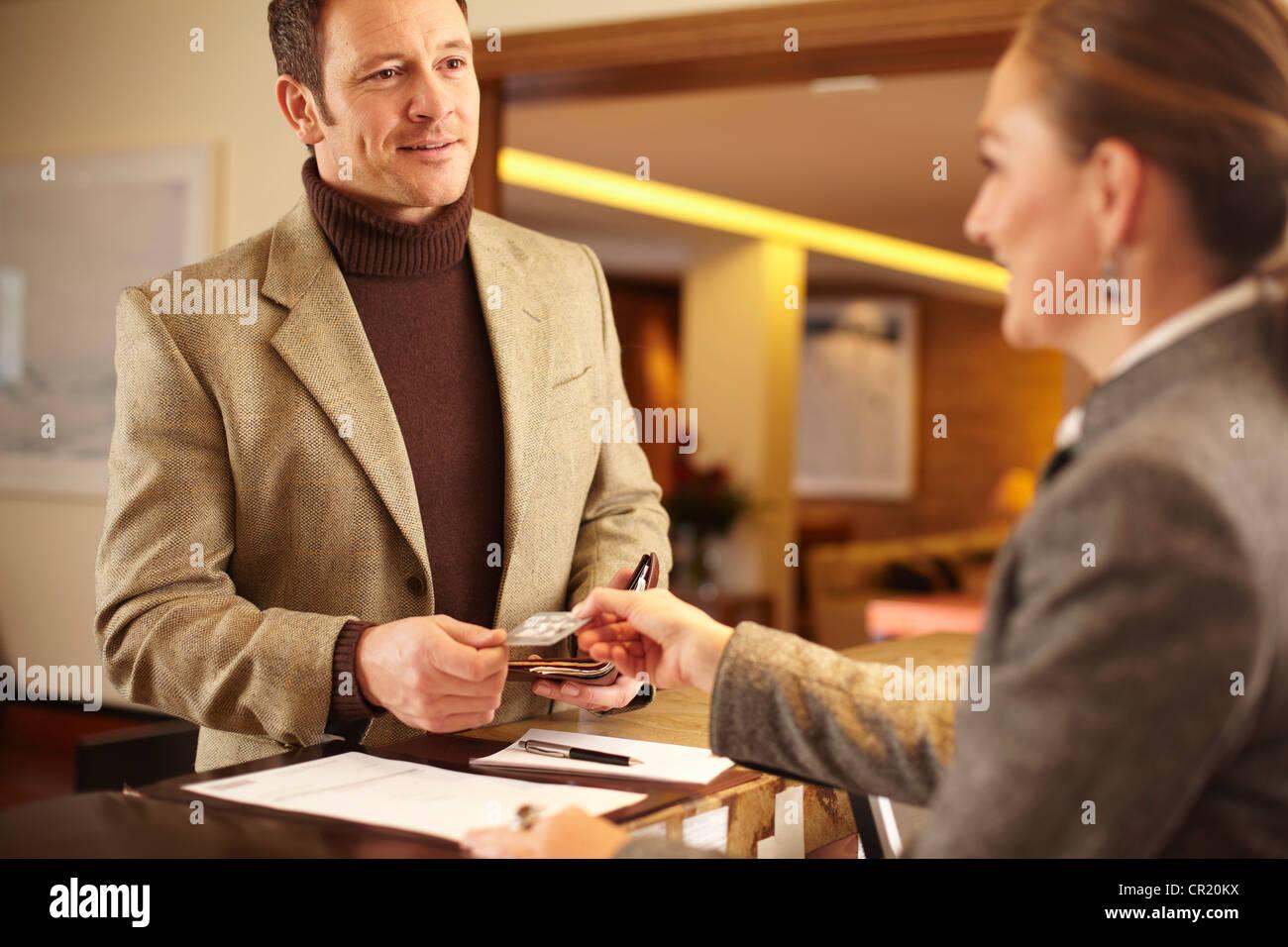Controllo dell uomo in hotel Immagini Stock