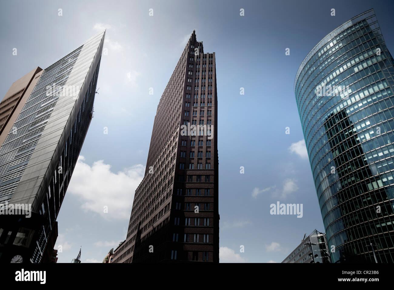 Basso angolo vista dei grattacieli urbani Immagini Stock