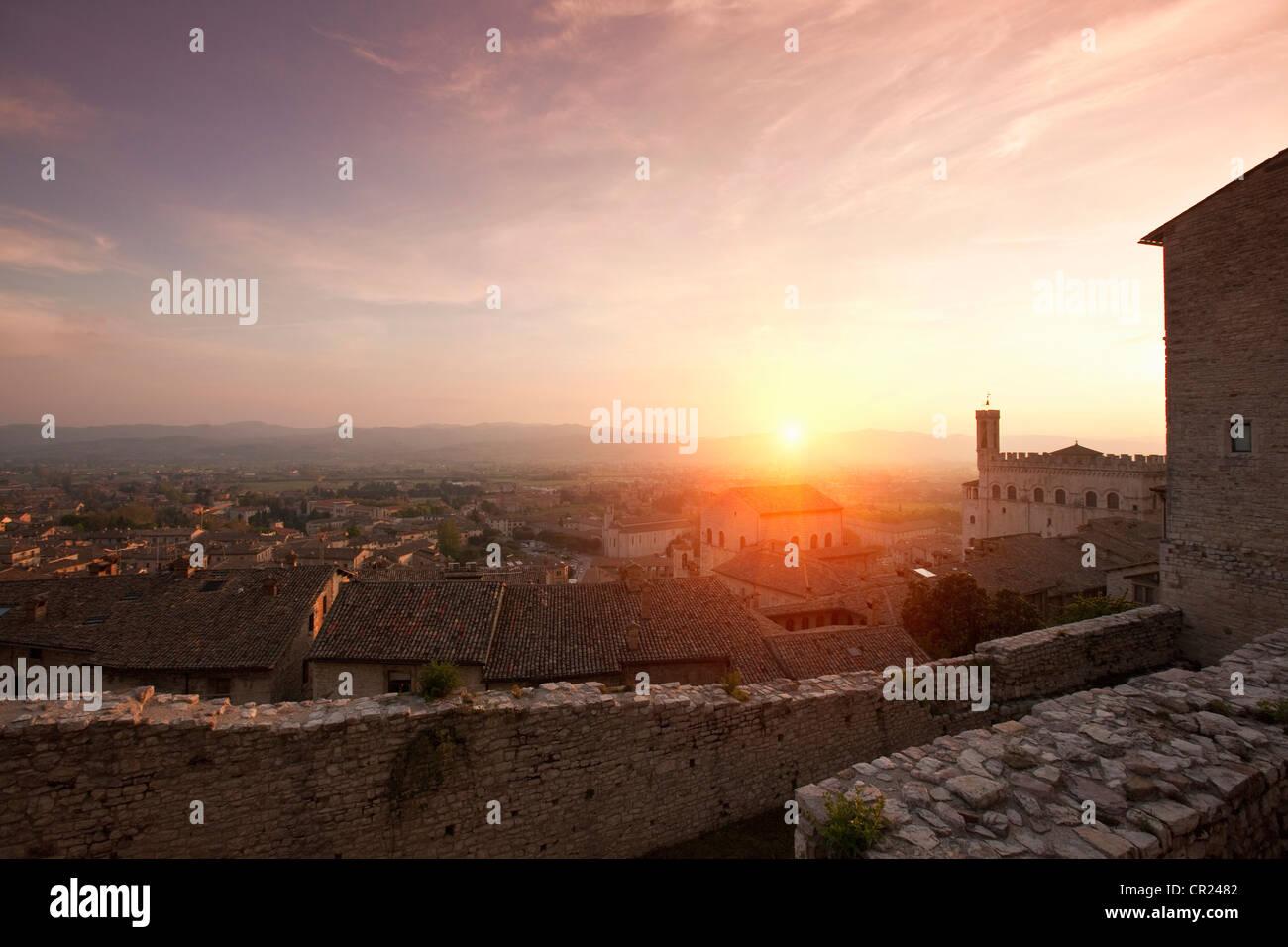 Sole che splende sulla città di pietra pareti Immagini Stock