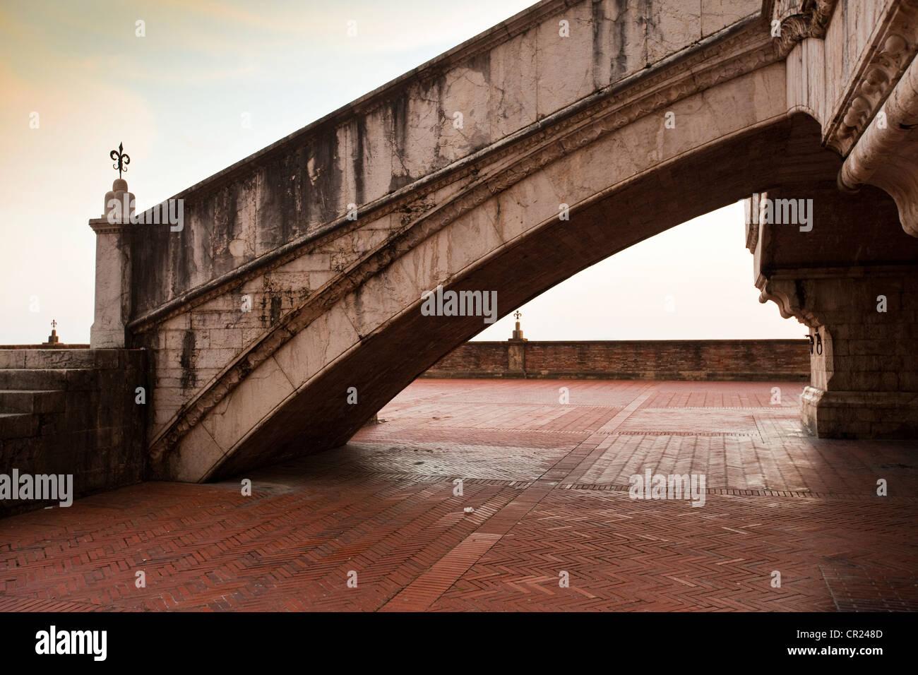 Ornato passi sulla passerella di ciottoli Immagini Stock