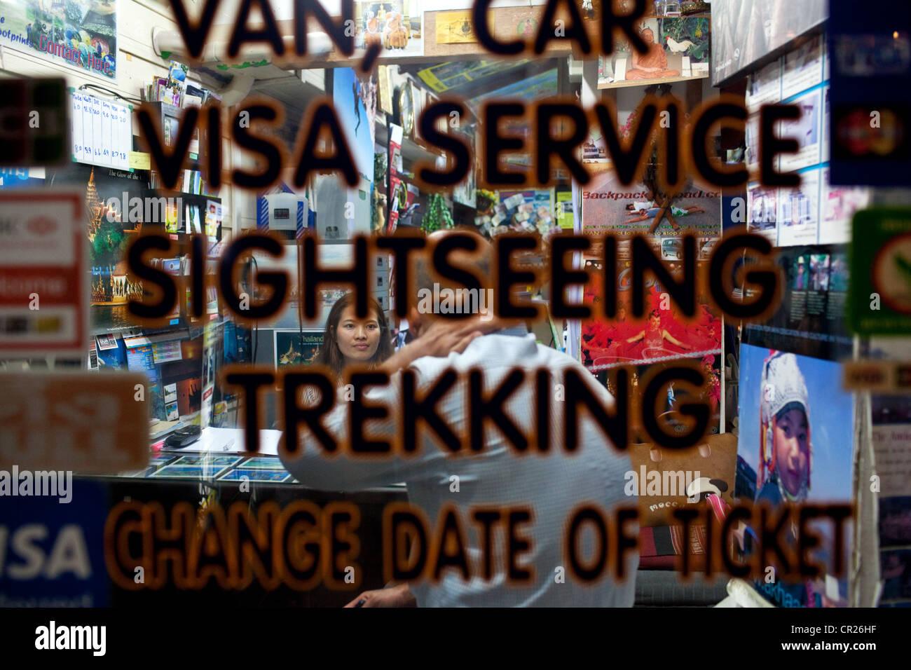 Un'agenzia di viaggi vicino a Khao San Road, il backpacker capitale dell'universo, Bangkok, Thailandia. Immagini Stock