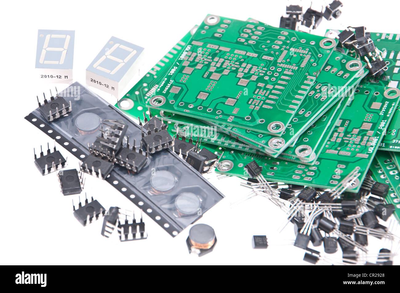 Circuiti stampati con componenti elettronici diversi isolati su sfondo bianco Immagini Stock