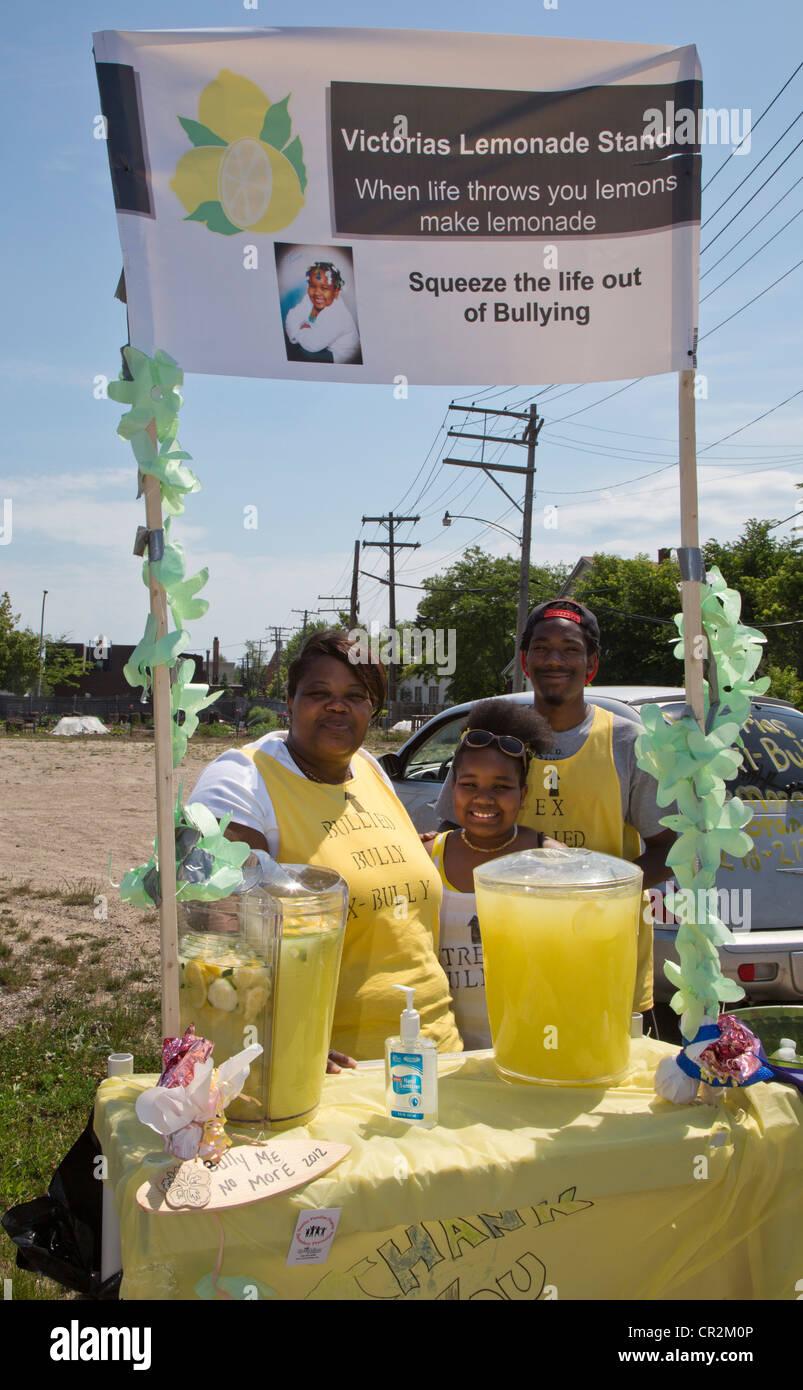 """Detroit, Michigan - una ragazza che è stata """"estremamente intimorito' vende limonata per aumentare Immagini Stock"""