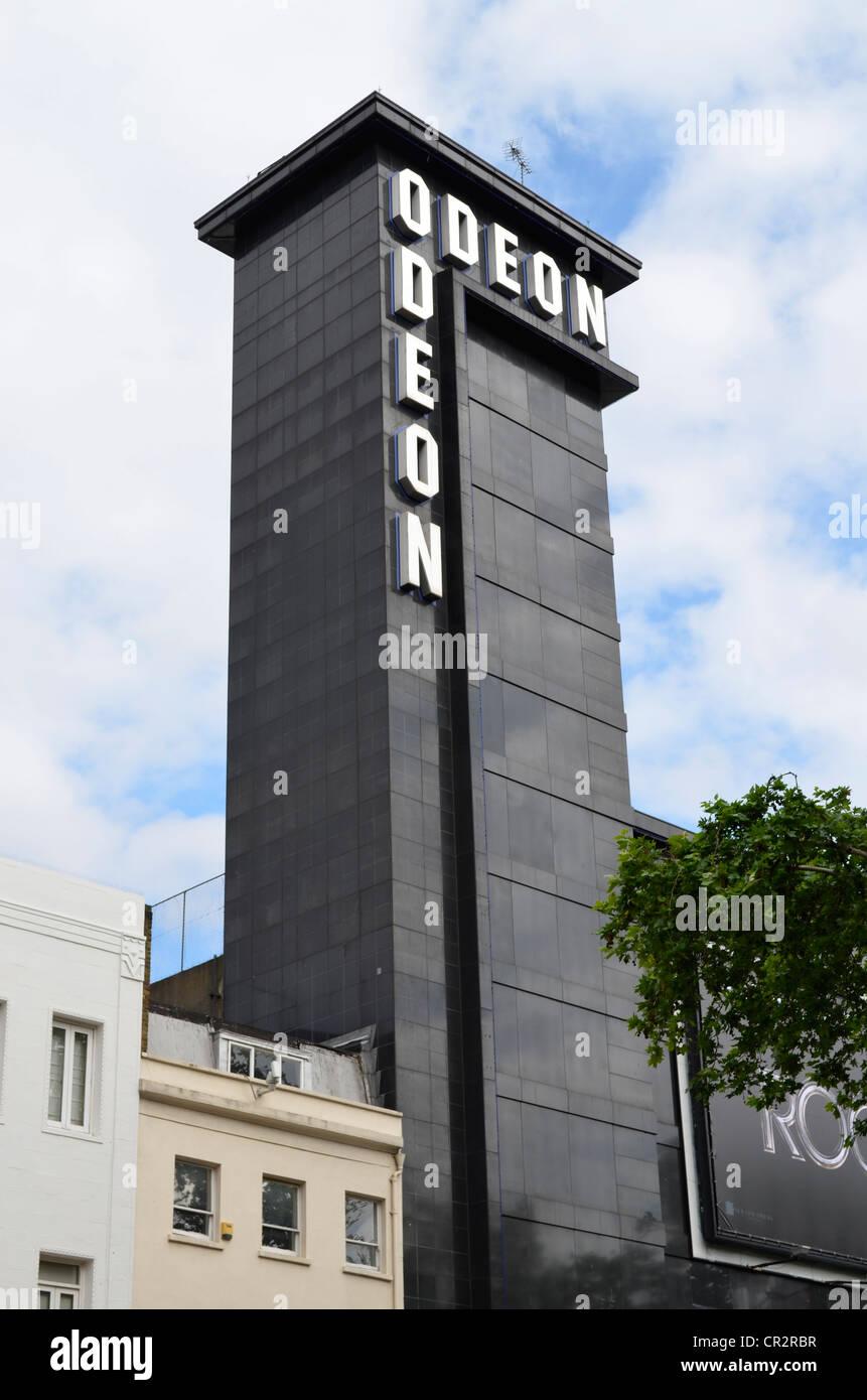 Basso angolo di Leicester square cinema Odeon tower Immagini Stock