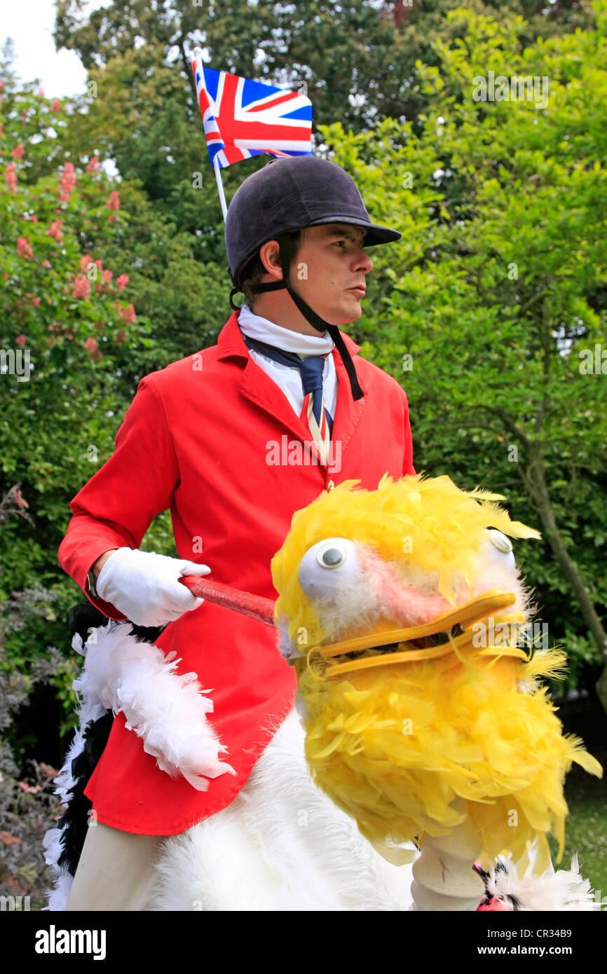 Stilt walking struzzo comici di equitazione presso un parco Party in Dorset  Immagini Stock 628f1a54d0a