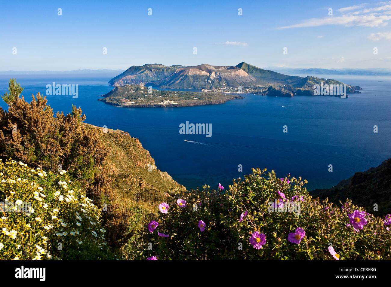 L'Italia, Sicilia e Isole Eolie Patrimonio Mondiale dell'UNESCO, isola di Vulcano e Vulcanello Peninsula Immagini Stock