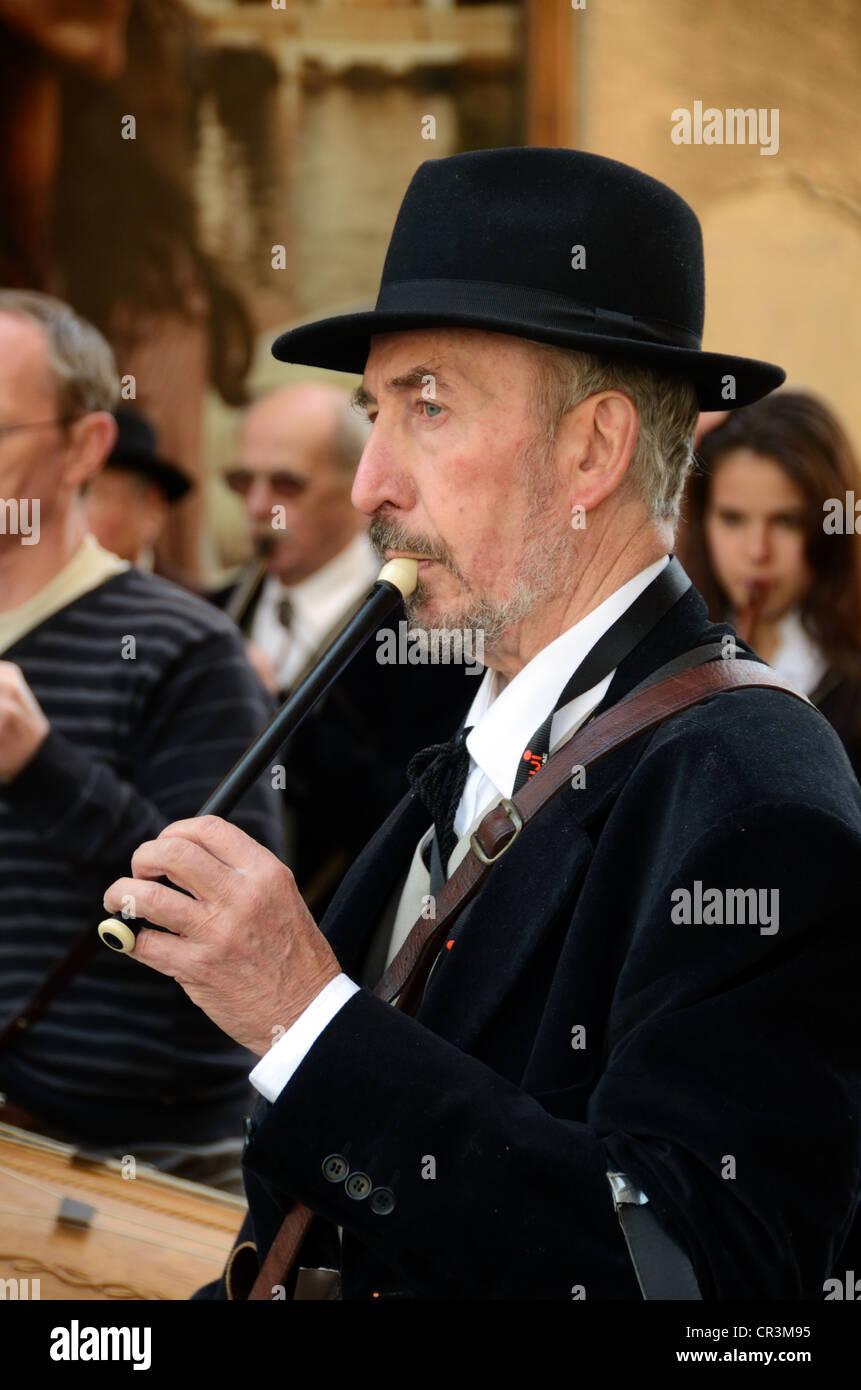 Musicista provenzale o Piper in costume tradizionale a Tambourin o Drum Festival di Aix-en-Provence Provence Francia Immagini Stock