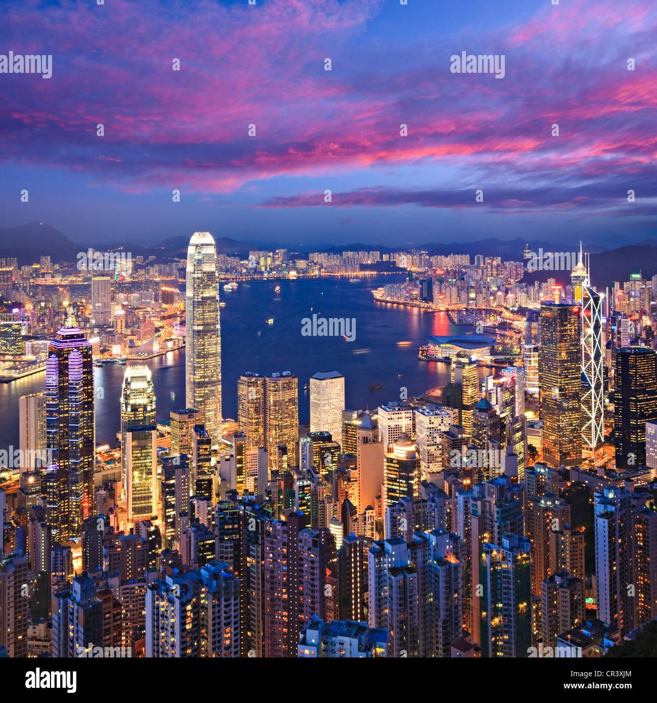 Skyline di Hong Kong illuminata di crepuscolo, formato quadrato. Immagini Stock