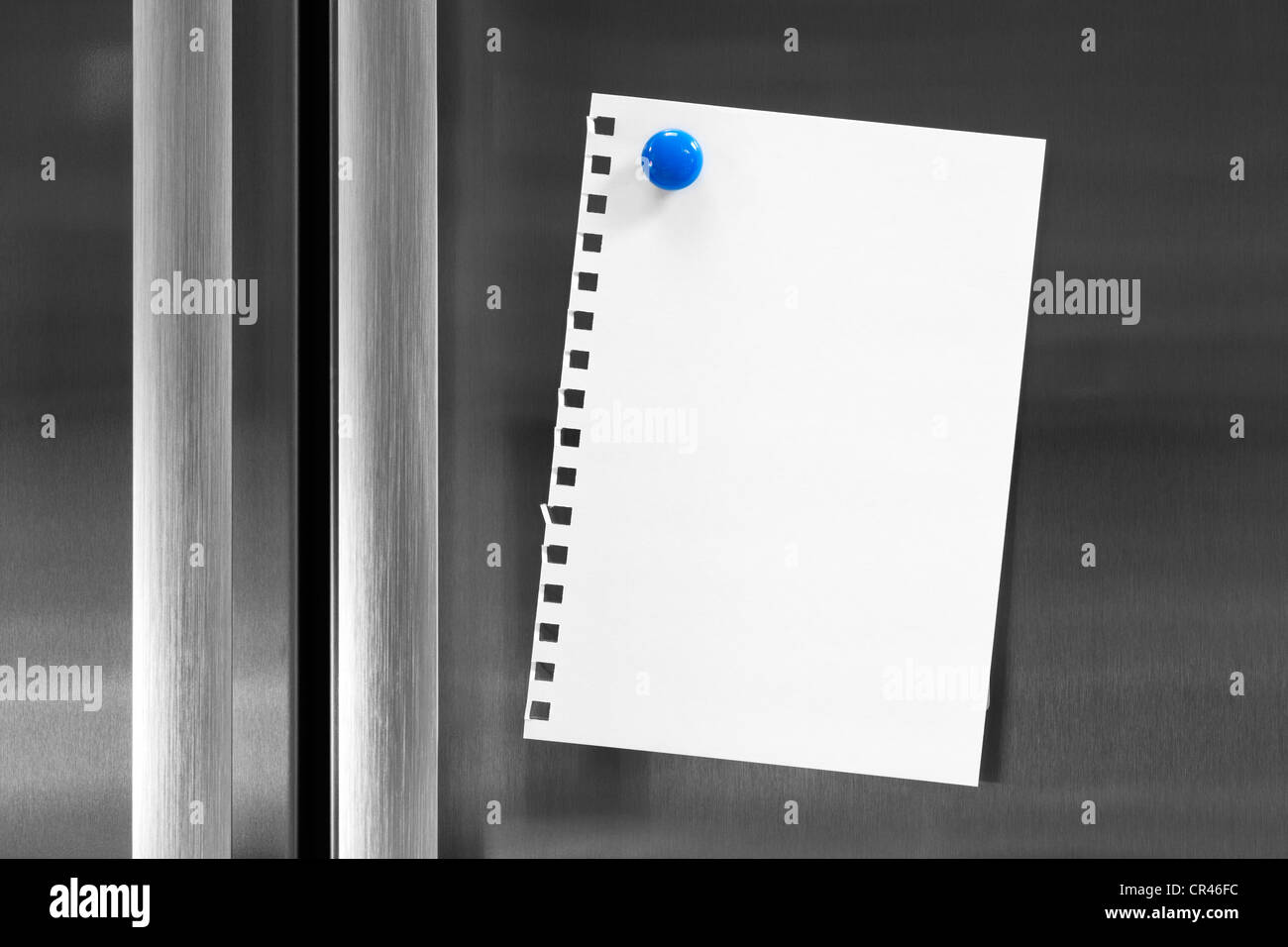 Nota per il testo attaccato al frigo con frigo magnete. Immagini Stock