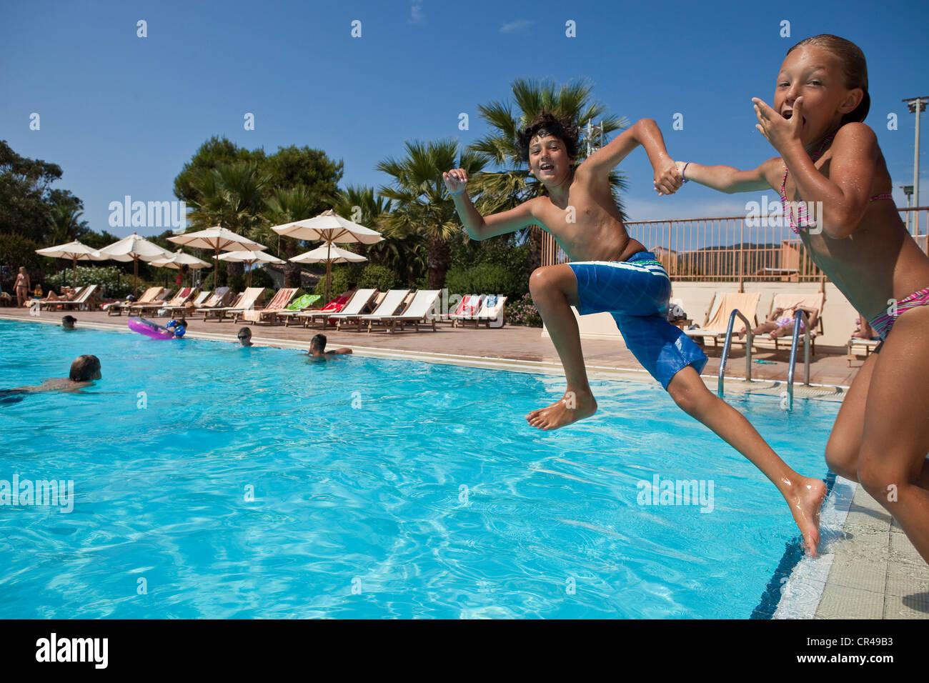 Francia, Corse du Sud, bambini il salto in piscina Immagini Stock
