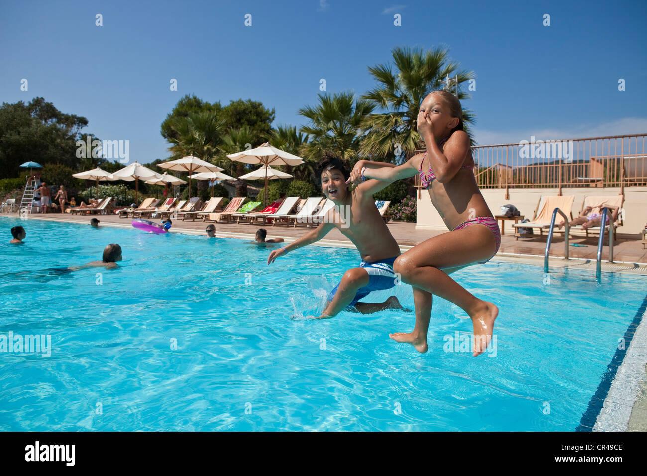 In Francia, in Corse-du-Sud, i bambini il salto in piscina Immagini Stock
