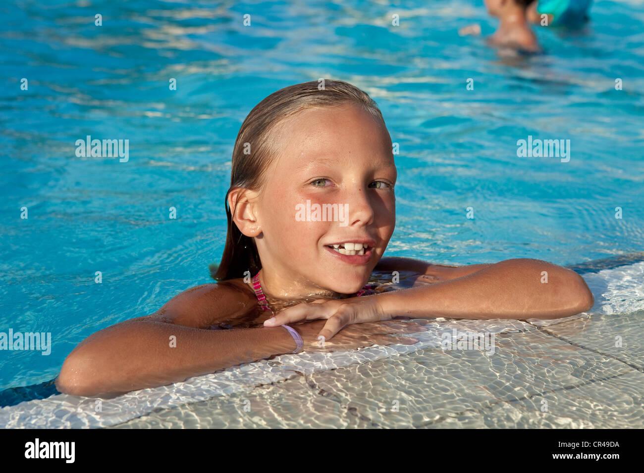 Francia, Corse du Sud, giovane ragazza alla piscina Immagini Stock