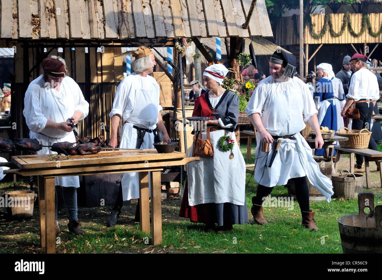 La vita quotidiana in un accampamento medievale durante la Landshuter Hochzeit 2009, uno dei più grandi rievocazioni Immagini Stock
