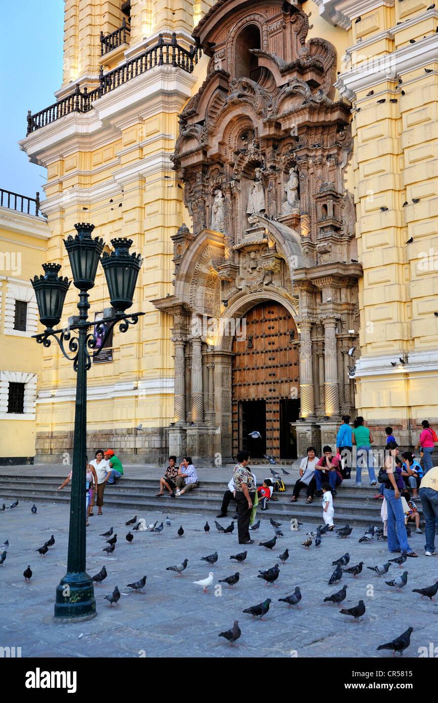 La gente sui gradini della chiesa di Iglesia de San Francisco Lima, Sito Patrimonio Mondiale dell'UNESCO, Perù, Immagini Stock