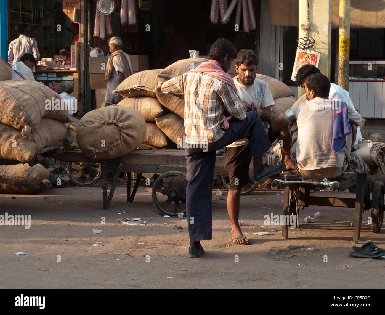 Facchini avente un resto di trasportare carichi pesanti, Nuova Delhi, India, Asia Immagini Stock
