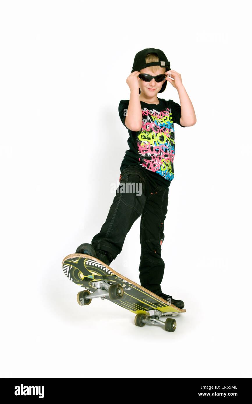 Studio Immagine di Caucasian 8 anno vecchio ragazzo con lo skateboard su sfondo bianco Immagini Stock